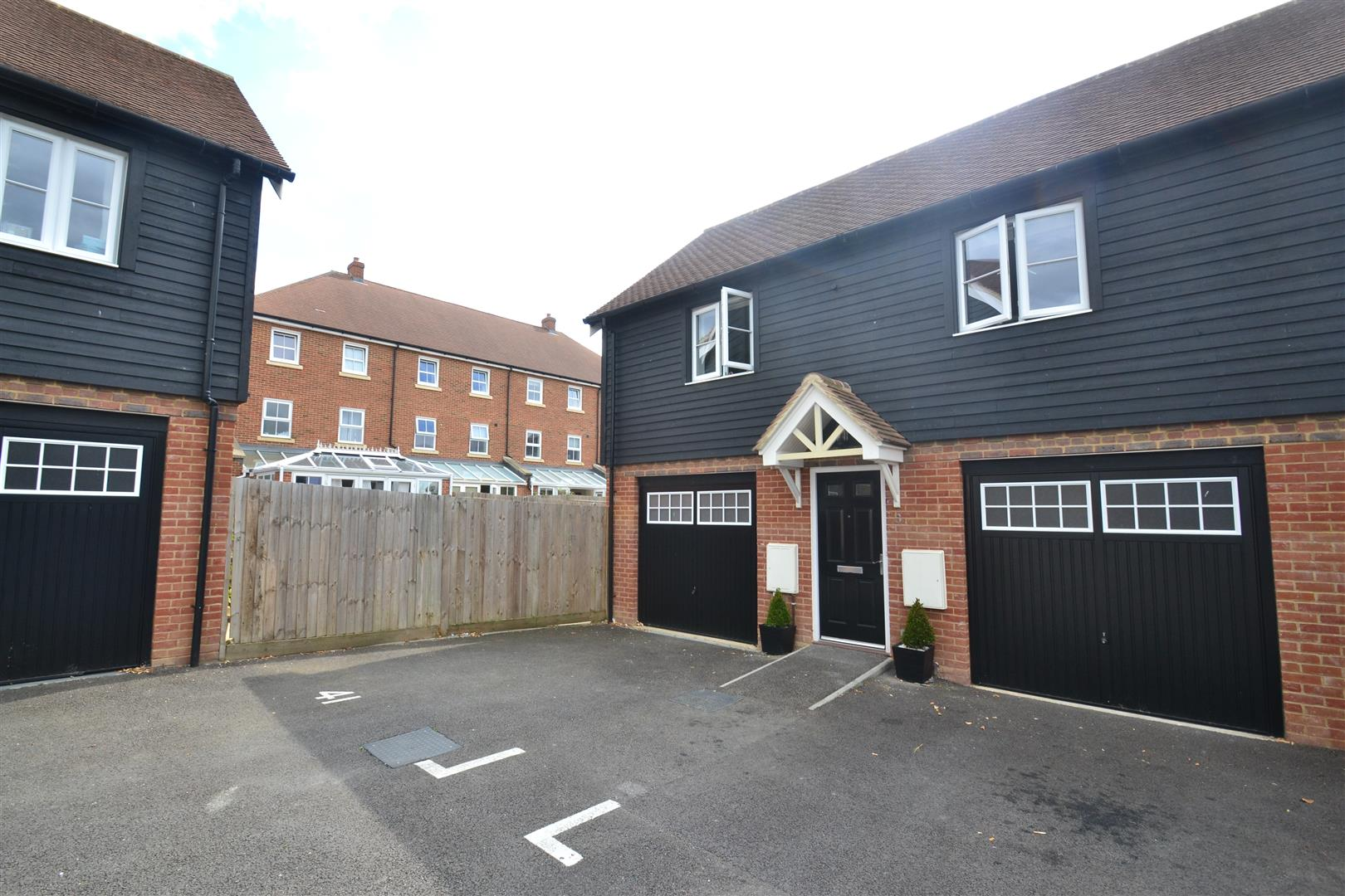 2 Bedrooms House for sale in Meadow Way, Horley